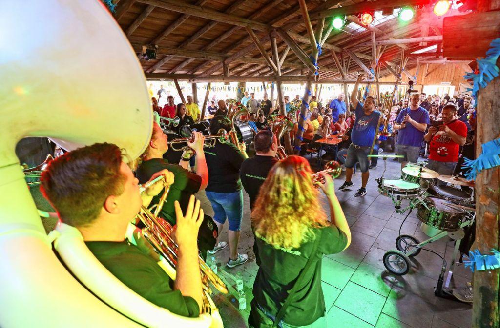 Was für eine Party: Die Guggenmusiker von Sotanos lassen es auch im Sommer richtig krachen. Foto: factum