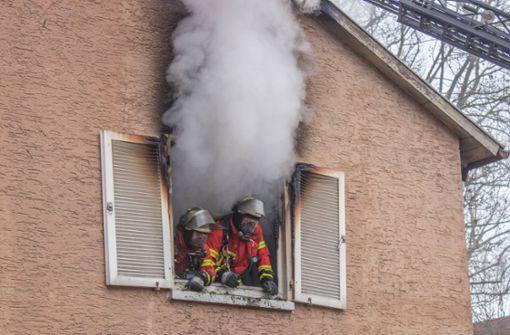 Mann rettet sich mit Sprung aus brennender Wohnung