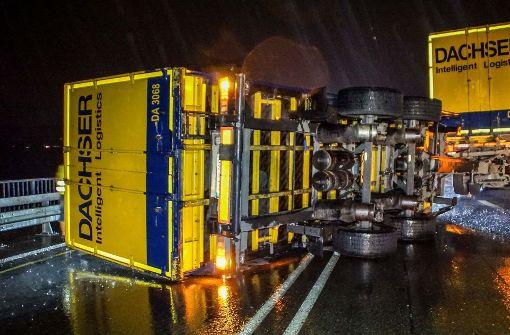 Umgekippter Laster blockiert B 295