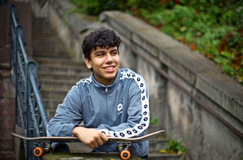 Am liebsten mit seinem Skateboard unterwegs: Taha Elfatlawi. Foto: Lichtgut/Max Kovalenko
