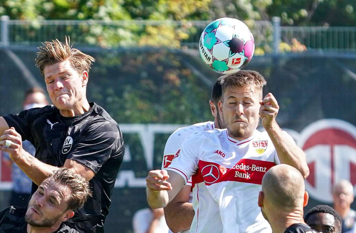 Waldemar Anton (in Weiß-Rot) soll mehr Wucht in die Abwehraktionen des VfB bringen. Foto: imago//Oliver Zimmermann