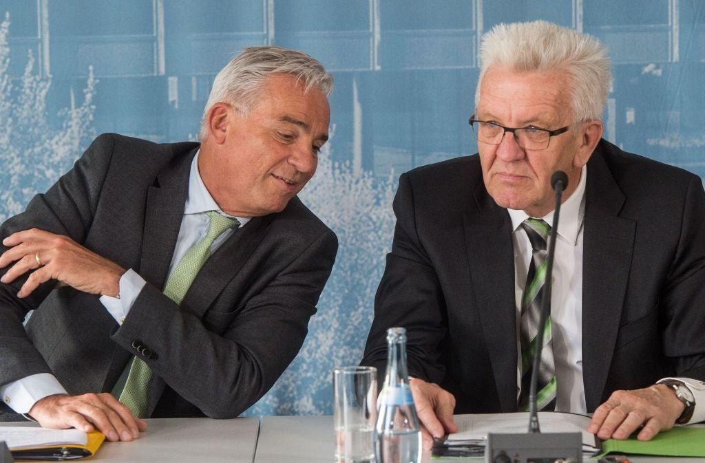 Ministerpräsident Winfried Kretschmann mit Innenminister Thomas Strobl bei der Regierungs-Pressekonferenz am Dienstag in Stuttgart. Foto: dpa