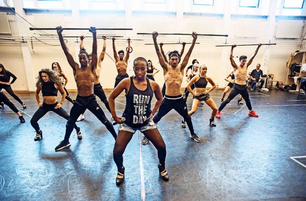 """Sie ist die Königin der Nacht: Aisata Blackman (Rachel Marron) übt mit den Tänzern die Nummer """"Queen Of The Night"""". Foto: Lichtgut/Max Kovalenko"""