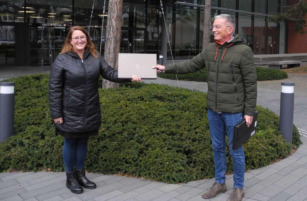 Große Freude: Sabine Schiffendecker (links) von Vector überreicht dem ehrenamtlichen Mitarbeiter Rudolf Schölzel (rechts) einen der Laptops Foto: