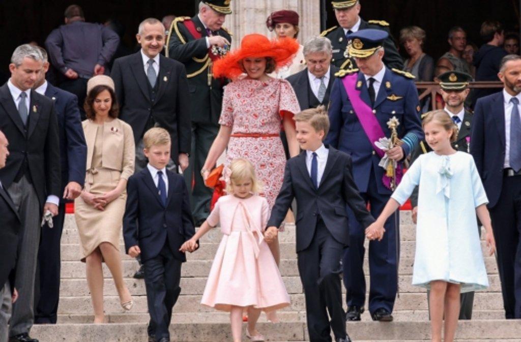 Königin Mathilde und Philipp von Belgien nach dem Te-Deum-Gottesdienst in Brüssel. Vor dem Königspaar gehen die vier Kinder: Prinz Emmanuel, Prinzessin Eléonore, Prinz Gabriel und Kronprinzessin Elisabeth (von links) Foto: dpa