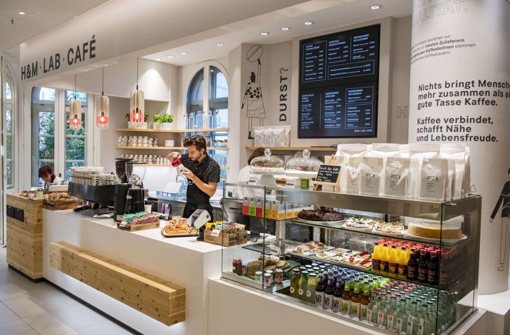 Im H&M Lab-Café gibt es Kaffee in allen Varianten, kleine Snacks und skandinavische Süßspeisen wie Zimtschnecken. Foto: H&M/Thomas Lohnes