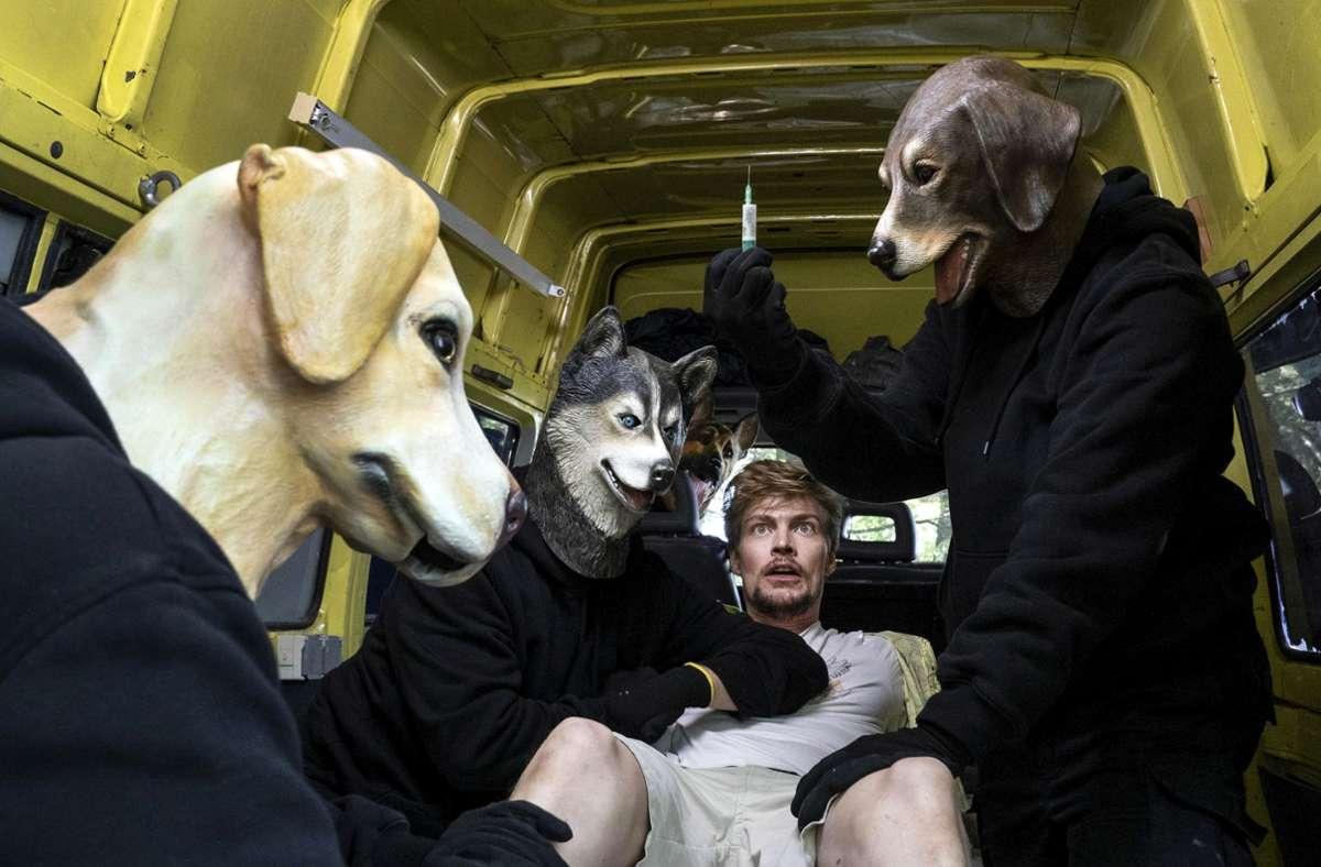 Pfui, aus, böse Hunde: die Kidnapperinnen tragen Masken. Foto: HR/Degeto/Bettina Müller