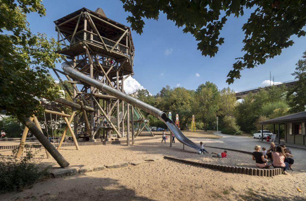 Der große Holzturm mit Rutsche ist das Wahrzeichen des Abenteuerspielplatzes an der Enz in Bietigheim-Bissingen. Foto: factum/Weise