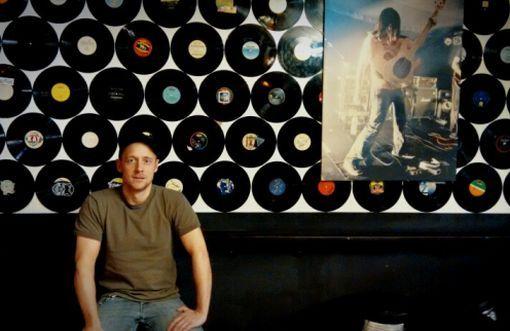 Kappe, Vinyl, RocknRoll: Michael Brunner in seinem Element. Foto: Björn Springorum