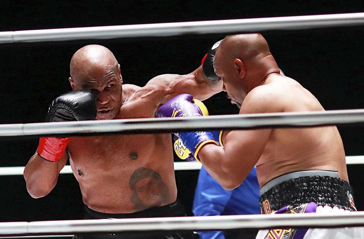 Mike Tyson und Roy Jones Jr. im Boxring. Foto: AP/Joe Scarnici