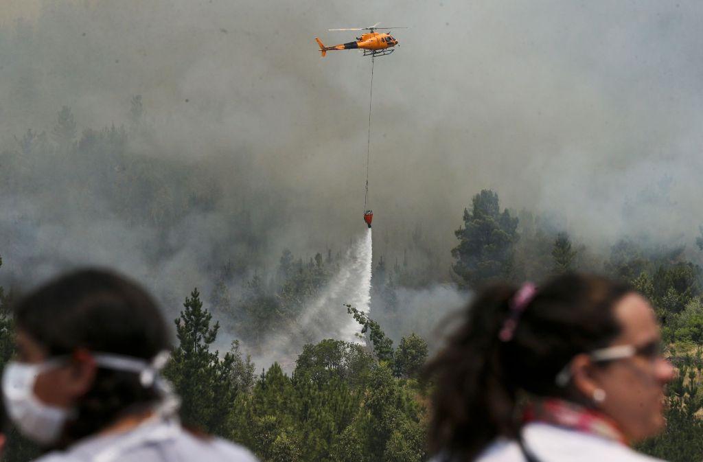 Am Sonntag vermeldete die chilenische Forstbehörde eine Fortschritt im Kampf gegen die verheerenden Waldbrände im Land: von insgesamt 124 Bränden seinen mittlerweile elf gelöscht und 55 unter Kontrolle. Foto: AP
