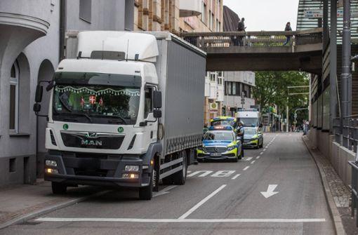 Kinderwagen mit Zweijähriger rollt auf Straße