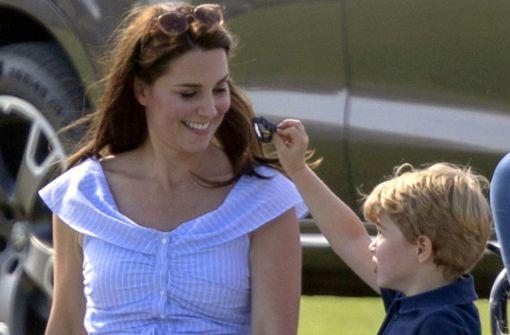 Prinz William spielt Polo, Herzogin Kate mit ihren Kindern