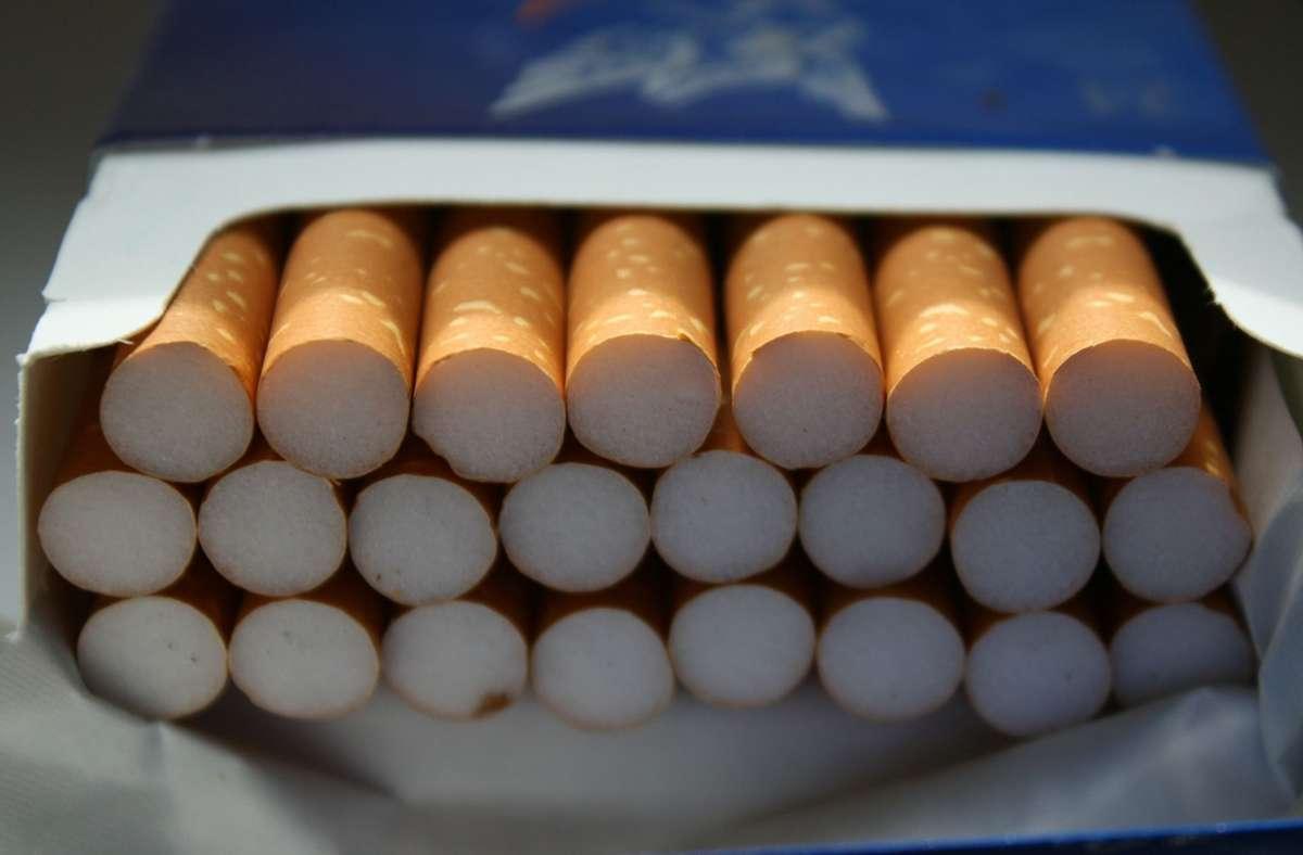 Ein Unbekannter schlug für eine Schachtel Zigaretten eine Autoscheibe ein. Foto: pixabay.com/Gerd Altmann