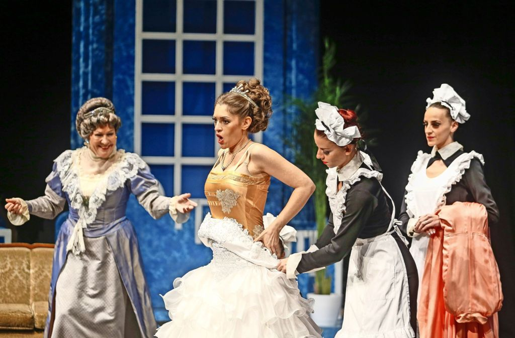 Die Zuschauer freuen sich über die schmelzenden Melodien, die prächtigen Kostüme, das dekorative Bühnenbild und die zauberhaften Balletteinlagen. Foto: factum/Granville