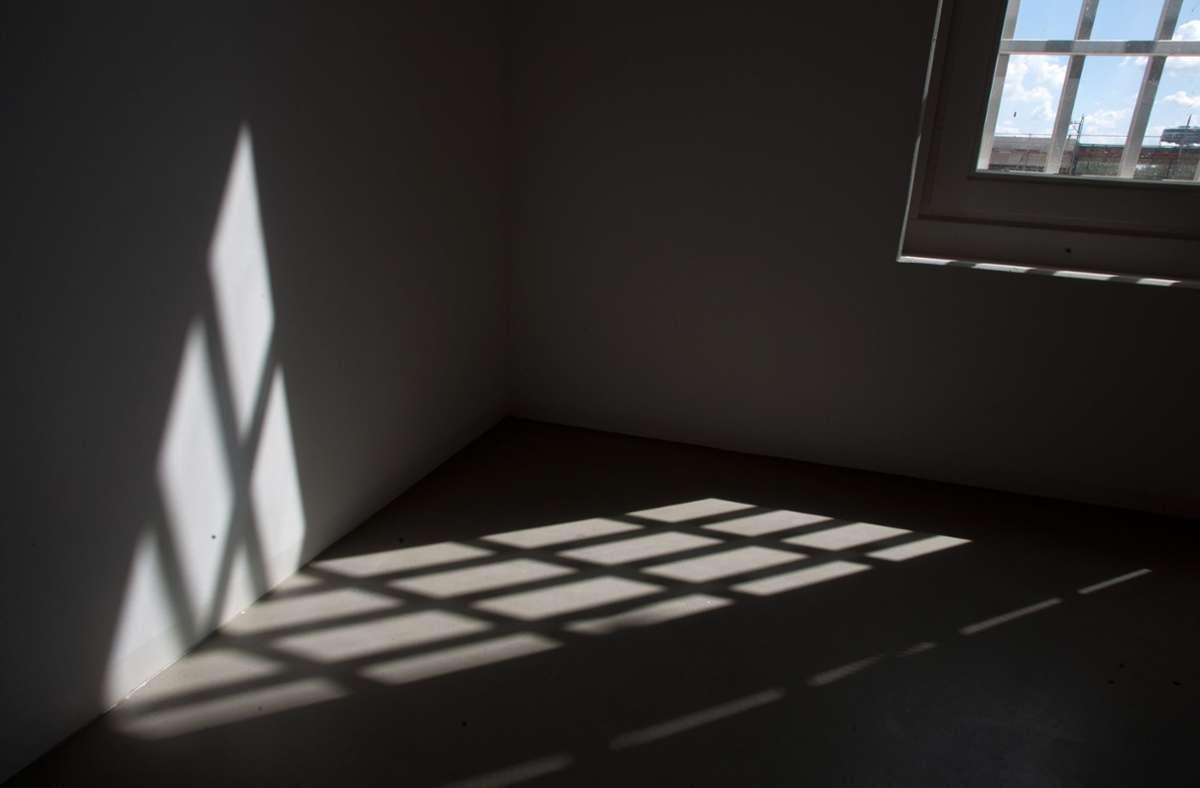 Weil er unbedingt seinen Kumpel in der Arrestzelle besuchen will, landet ein 22-Jähriger dort am Ende selbst. Foto: dpa/Tim Brakemeier