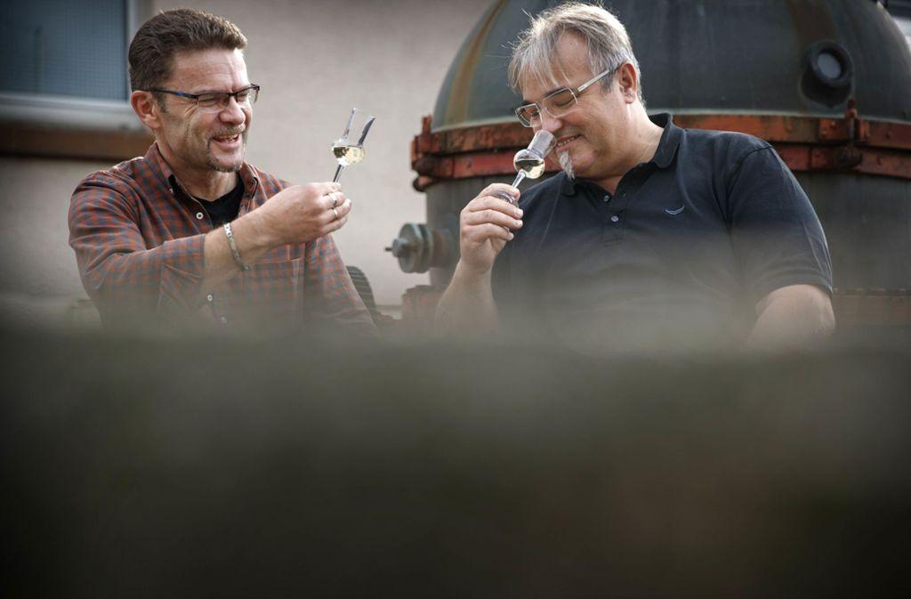 Christoph Jäger (links) ist Schultes von  Großerlach, Edgar Layher ist Fotograf und Hausmeister einer Schule in Aspach – und beide mögen Schnaps. . Foto: /Gottfried Stoppel