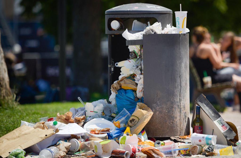 Einwegbecher sorgen auch in Stuttgart für enorme Müllmengen: Künftig könnte es für Becherhersteller teurer werden. Foto: Lichtgut/Max Kovalenko