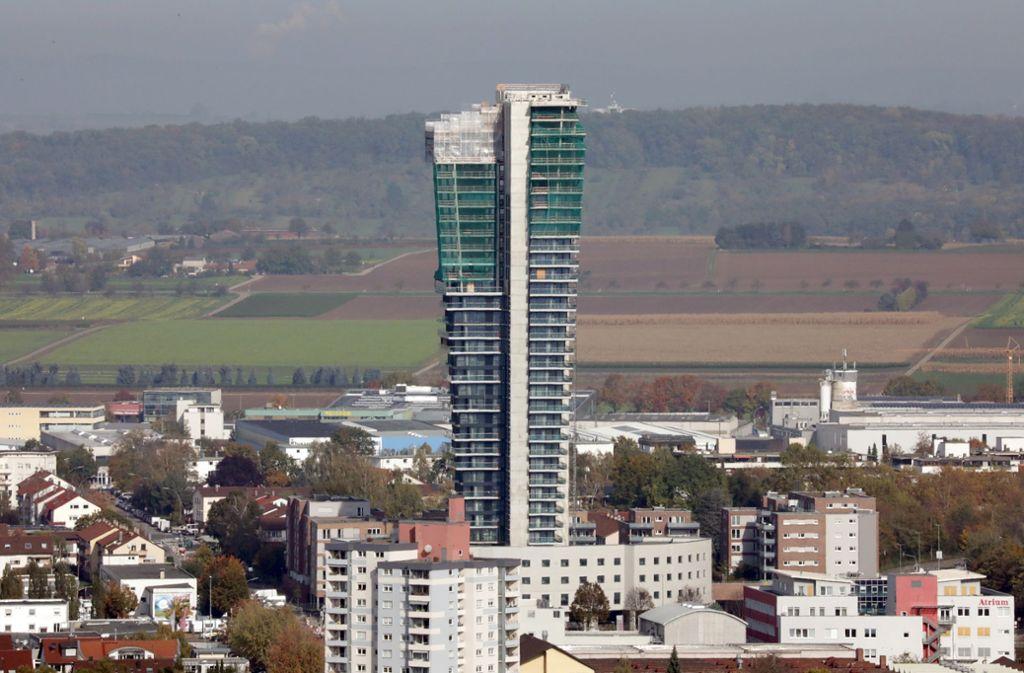 Der halb fertige Tower in Fellbach ragt weit über seine Umgebung heraus. Foto: Patricia Sigerist