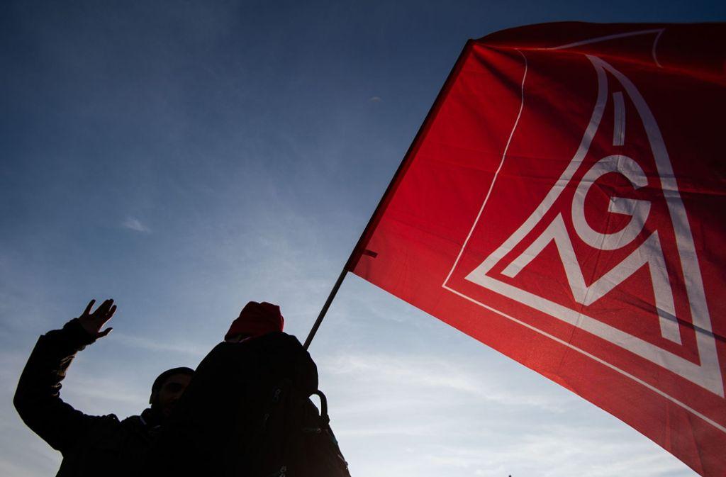 Eine Flagge der IG Metall bei einer Demo in Stuttgart – die Vorwürfe, die Zentrum Automobil gegen die Gewerkschaft erhebt, wiegen schwer. (Archivbild) Foto: picture alliance/dpa/Marijan Murat