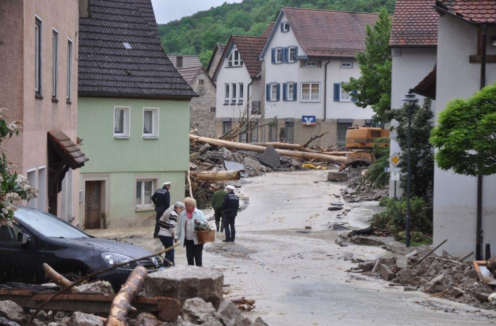 Am Tag nach der Flut bietet sich den Menschen in Braunsbach ein Bild der Verwüstung. Foto: Andreas Rosar
