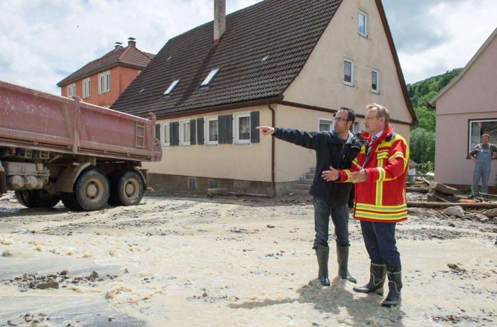 Nach dem Unwetter vom Sonntag durfte Regierungspräsident Johannes Schmalzl nochmals vollen Einsatz zeigen. Jetzt winkt ihm der goldene Spazierstock. Foto: dpa