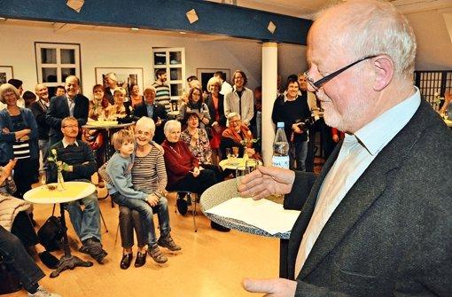 Der Bürgervereinsvorsitzende Martin Hechinger bei der Preisvergabe in  der Stadtteilbücherei. Foto: Linsenmann