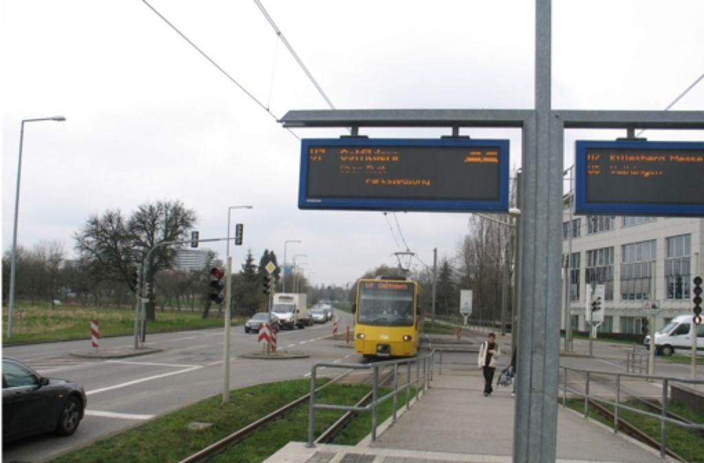 Viele Autofahrer, die von der Kirchheimer Straße aus links auf die Bockelstraße abbiegen,  beklagen, dass sie wegen der Stadtbahnen warten müssen. Foto: Judith A. Sägesser
