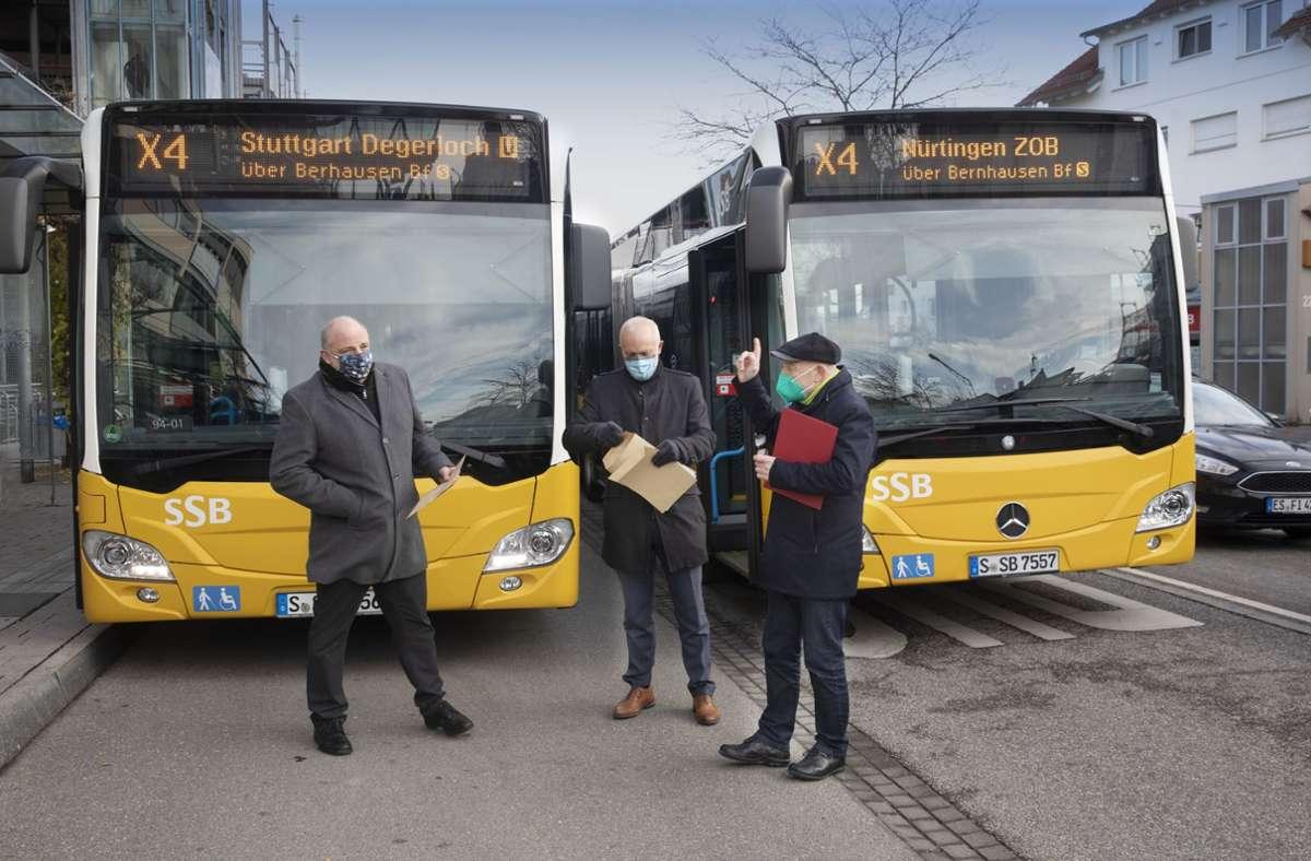 Thomas Moser (von links nach rechts) von den SSB, Michael Münter von der Stadt Stuttgart und Verkehrsminister Winfried Hermann sind bei der ersten Fahrt des X4 dabei. Foto: Horst Rudel