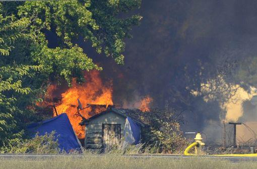 Ein Toter bei Großbrand - Notstand ausgerufen