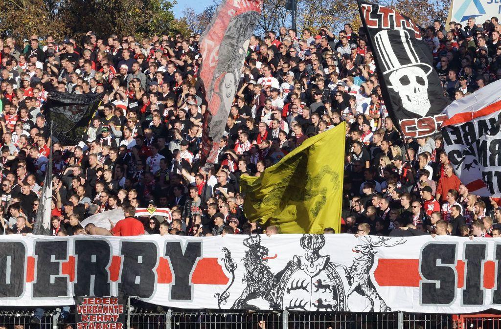 Die Fans des VfB Stuttgart wollen vor ausverkauftem Haus den zweiten Derbsieg dieser Saison gegen den Karlsruher SC feiern. Foto: Pressefoto Baumann