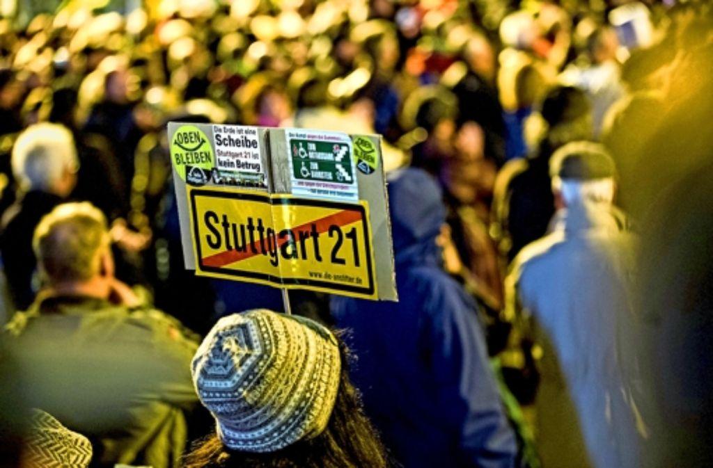 Man kennt die Parolen – und man kennt auch   die Gemeinde, die seit Jahren hartnäckig   gegen S 21 anmarschiert. Foto: Achim Zweygarth