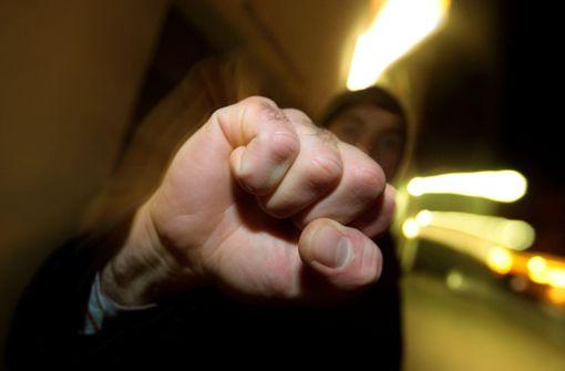 Männer schlagen 28-Jährigen bewusstlos