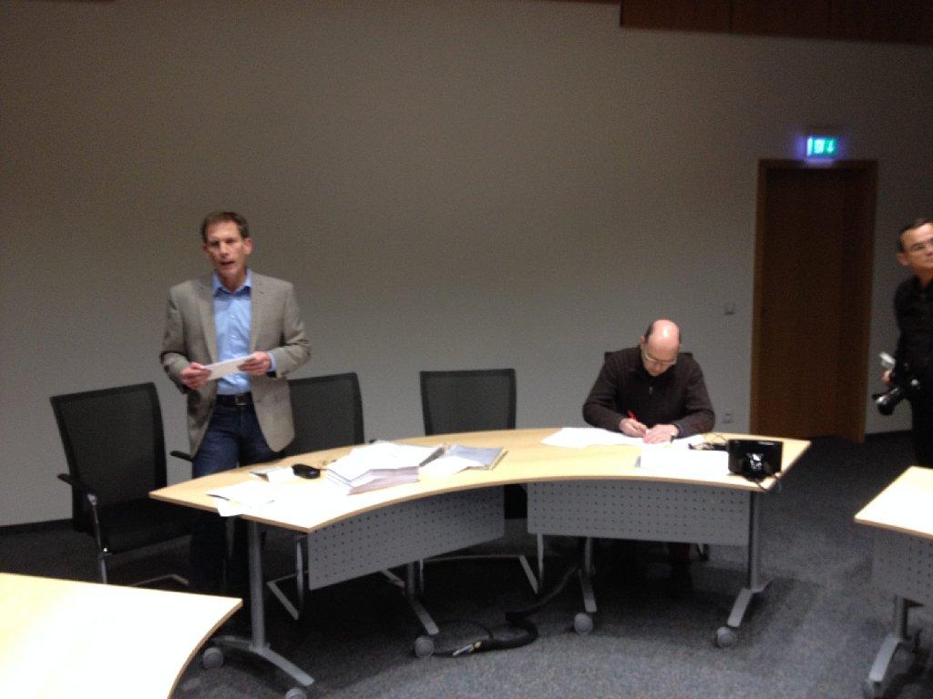 Der Bürgermeister Thomas Fritsch verkündet das Ergebnis, der Kämmerer Andreas Scheytt schreibt mit. Foto: Rafael Binkowski