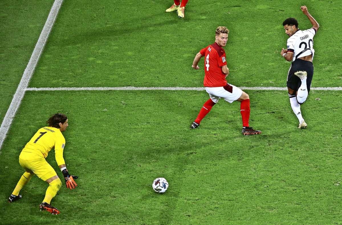 Fußball-Spektakel in Köln: Serge Gnabry (re.) erzielt per Hacke den 3:3-Ausgleich. Foto: Baumann