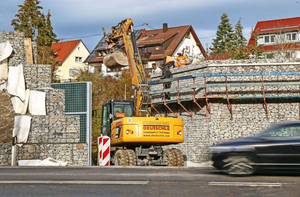 Imposant ragt die neue Gabionenwand entlang der B295 empor. Foto: factum/Granville
