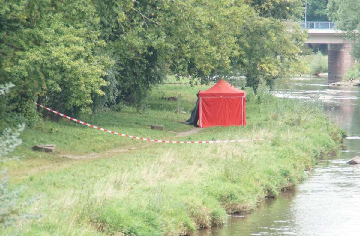 Am Enzufer in Pforzheim wurde eine Leiche entdeckt. Foto: SDMG/SDMG / Gress