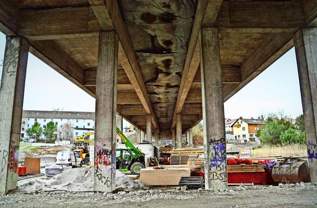 Blick unter die noch bestehende  Gumpenbachbrücke: Sie besteht aus einem westlichen und einem östlichen Teil. Foto: Peter Meuer