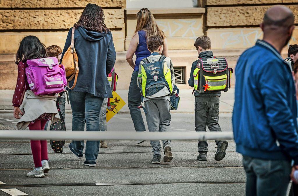 Grundschüler sollten möglichst zu Fuß zur Schule gehen. Doch welche Strecke ist in dem Alter  zumutbar? Darüber gibt es unterschiedliche Auffassungen. Foto: Lichtgut/Julian Rettig