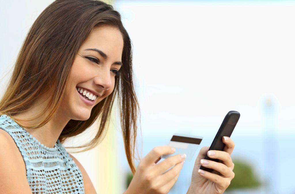 Mit Smartphone und Kreditkarte: Banken und Mobilfunkanbieter setzen auf eine neue Form des  mobilen  Bankings. Foto: Fotolia