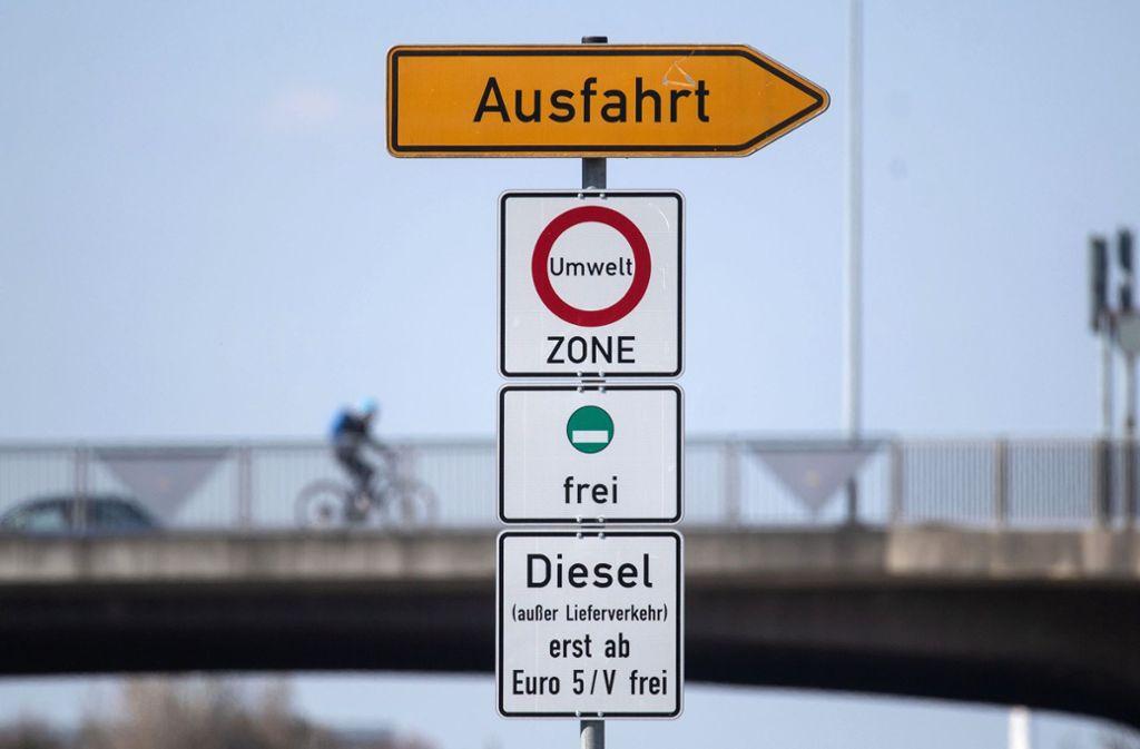 Dieses Schild weist auf das Fahrverbot für Dieselfahrzeuge unterhalb der Euro 5-Norm hin. Foto: dpa