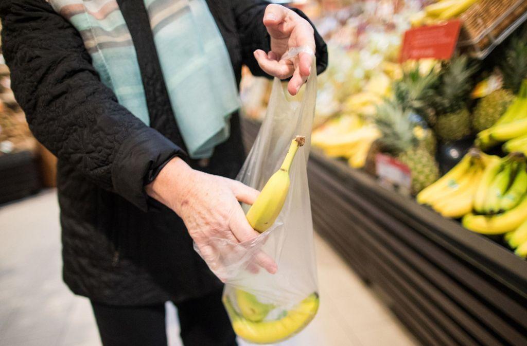 Kunden sollen einem Bericht nach bei Aldi in Zukunft für dünne Plastiktüten bezahlen müssen. (Symbolfoto) Foto: dpa