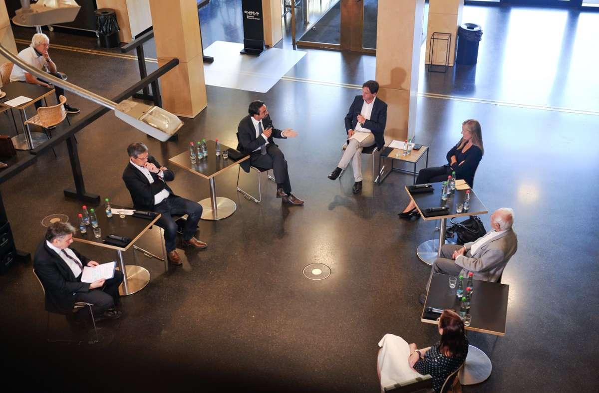 Die Facebook-Live-Diskussion im Stadtpalais mit Wolfram Pyta, Albrecht Ernst, Torben Giese, Jan Sellner, Veronika Kienzle, Wolfgang Müller und Lisa Gerlach (von links). Foto: Lichtgut/Max Kovalenko