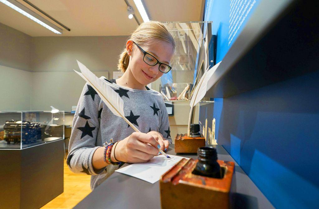 Im Schulmuseum Friedrichshafen dürfen alle  selbst zur Feder greifen. Foto: Schulmuseum/Anja Köhler