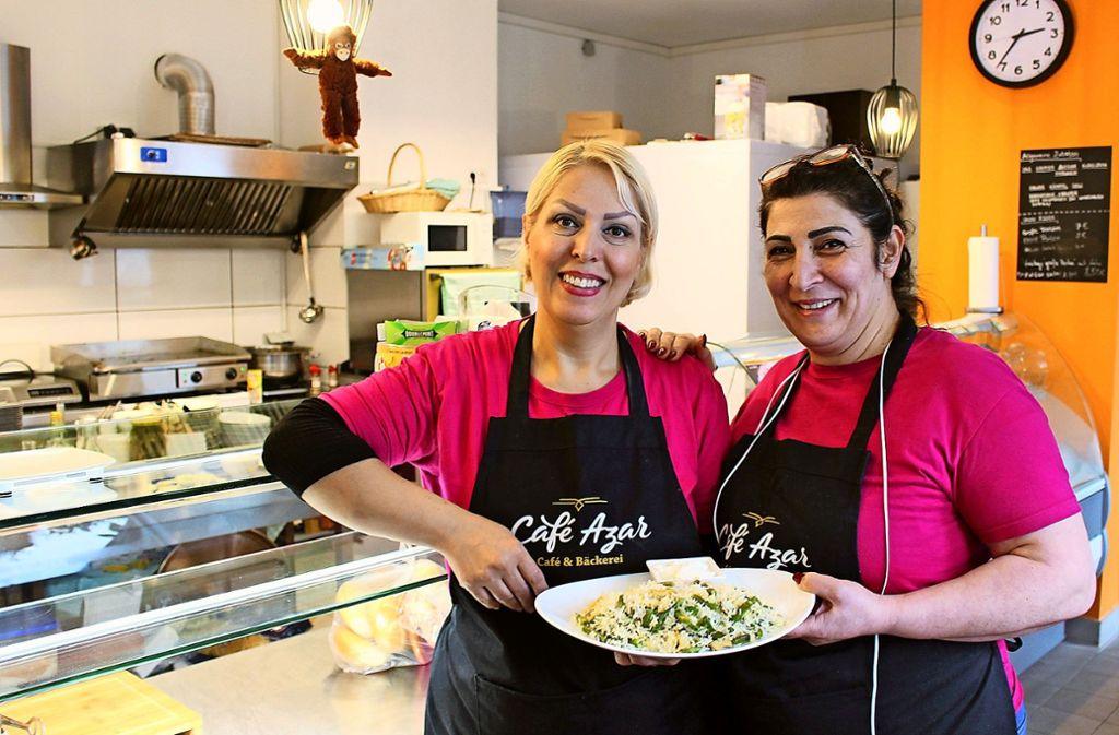 Azizeh Motavali (r.) mit ihrer Mitarbeiterin Mariam Ahmadi Foto: Caroline Holowiecki