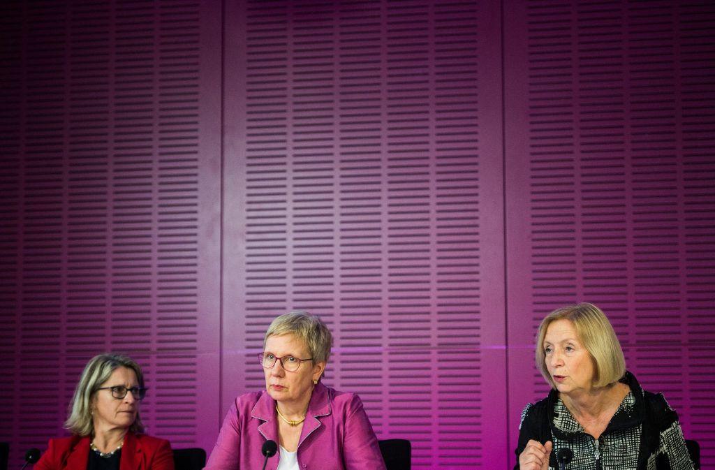 Drei Wissenschaftspolitikerinnen machen Frauenpolitik: Inga Schäfer (Generalsekretärin der Wissenschaftsministerkonferenz), Eva Quante-Brandt (Bremer Bildungssenatorin) und Bundesministerin Johanna Wanka (von links nach rechts) Foto: dpa