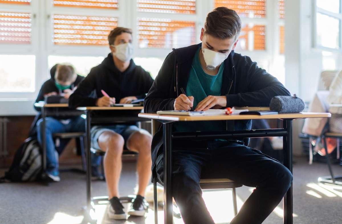 Masken im Unterricht? Für den Präsidenten des Deutschen Lehrerverbandes eine unabdingbare Maßnahme. (Symbolbild) Foto: dpa/Rolf Vennenbernd