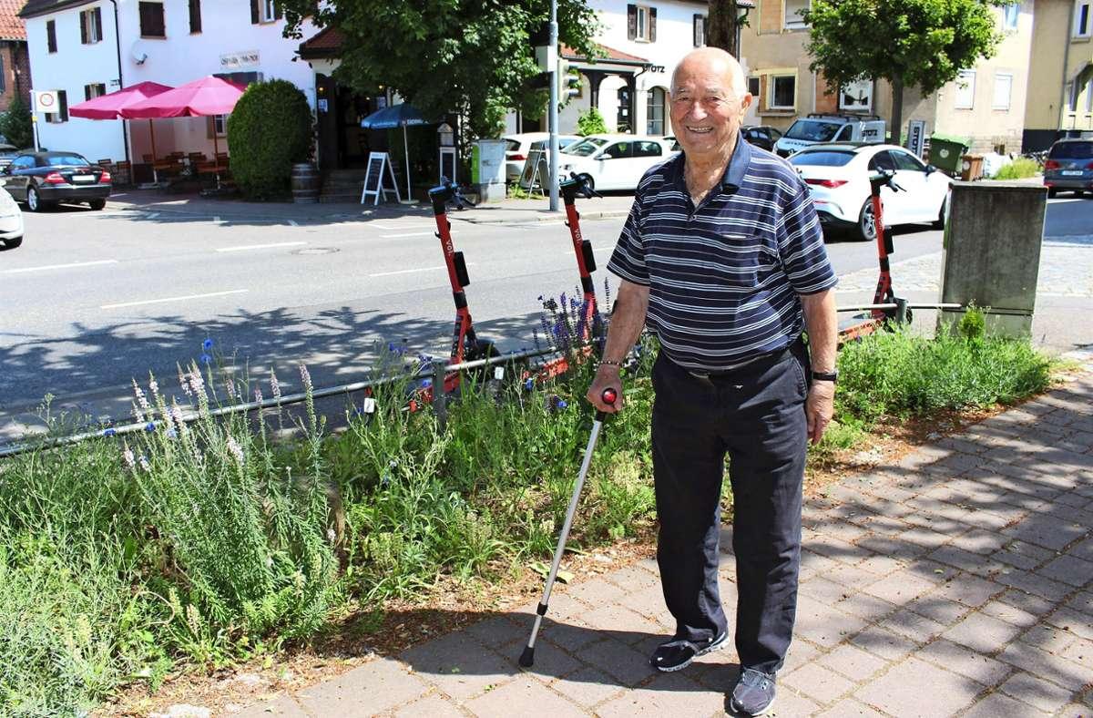 Der 89-jährige Panteleimon Moisiadis hegt und pflegt an der Ecke Vaihinger und Maierstraße in Möhringen hingebungsvoll einen öffentlichen Grünstreifen. Foto: Caroline Holowiecki