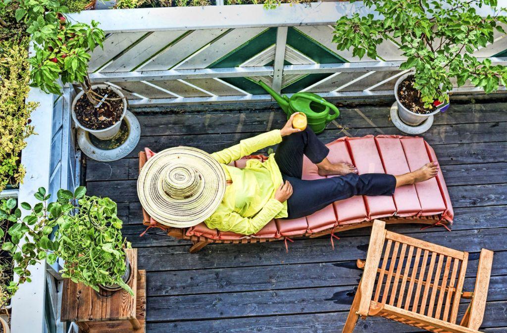 Zur Entspannung führen viele Wege, auch Urlaub in Balkonien kann ganz schön sein. Foto: ArTo/Adobe Stock