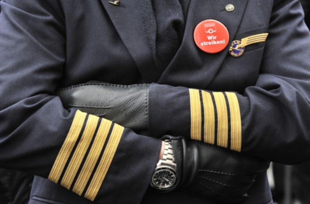 Ein Pilot der Lufthansa im Ausstand – an Bilder wie diese werden sich Fluggäste wohl bald wieder gewöhnen müssen. Foto: dpa